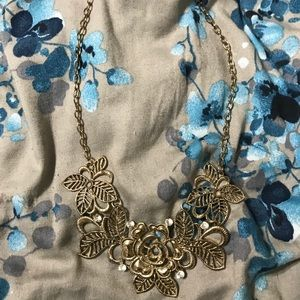 Jewelry - Beautiful gold flower necklace